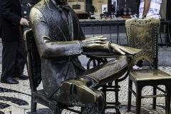 Dis Skulptur von Fernando Pessoa vor dem Cafe